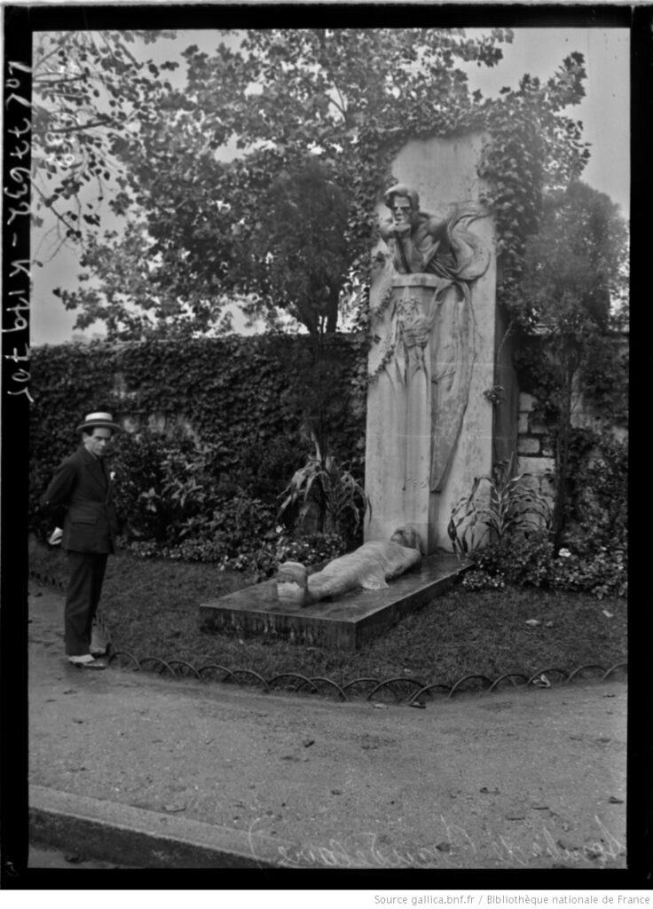 Tumba de Baudelaire, con cenotafio, en el cementerio de Montparnasse (foto de prensa, 1922). BNF