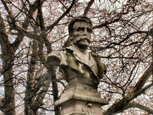 Maupassant, busto en el parque Monceau de Paris (BNF)