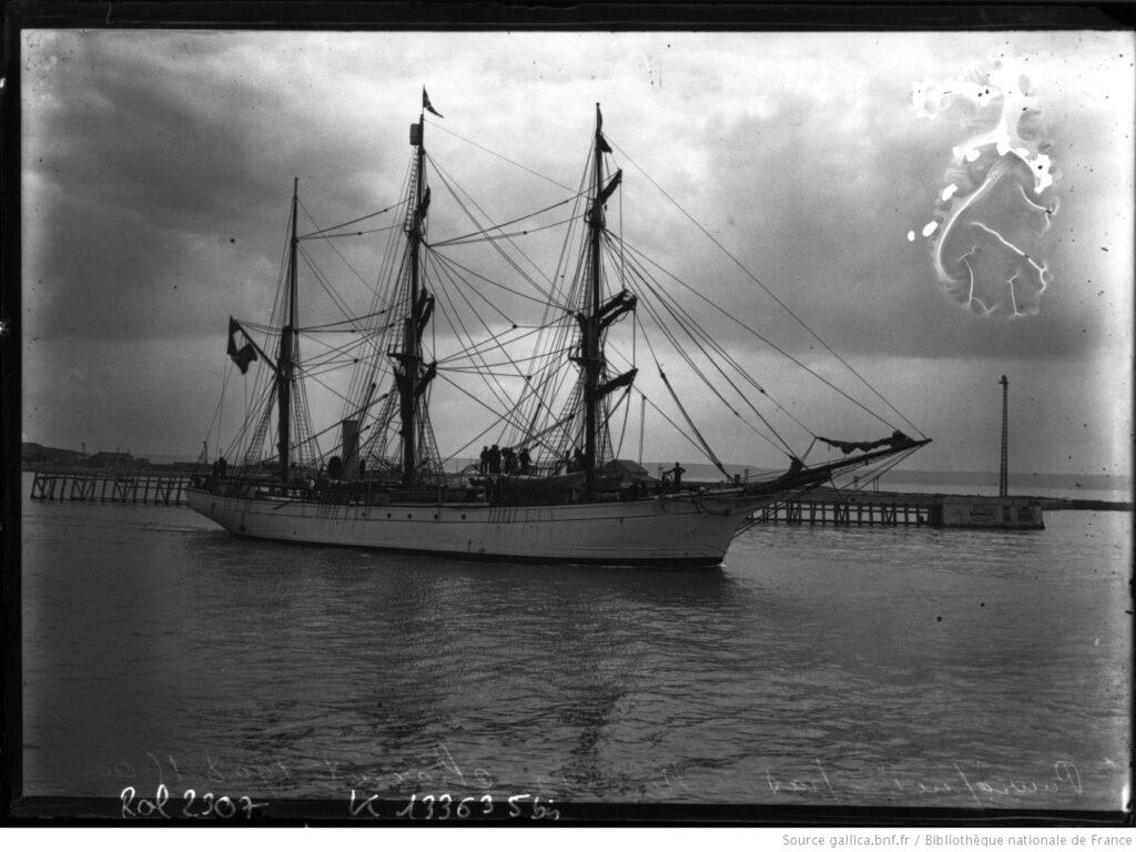 """El """"Pourquoi pas?"""" saliendo de la rada de Le Havre, el 15 de agosto de 1908 (BnF)."""