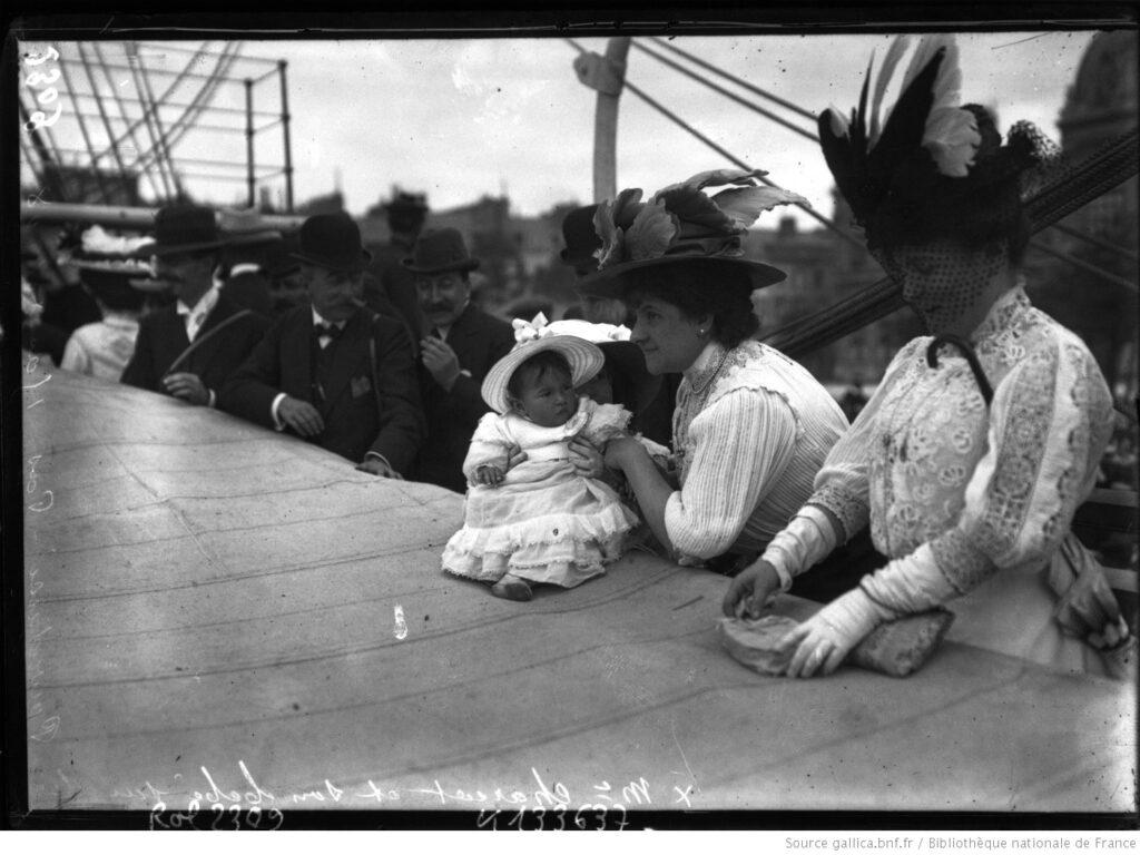 """Madame Charcot con su hija Monique de nueve meses, en la cubierta del """"Pourquoi pas?"""", el 15 de agosto de 1908 (fotografía. BnF)."""